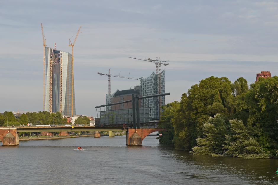 EZB Ffm. trifft Elbphilharmonie - Fotomontage