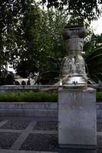 P1350045_JÒNICA und der Springbrunnen