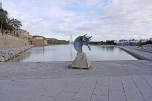 P1350054_Parc de la Mar zwischen der Kathedrale La Seu und der Keramikwand von Miró