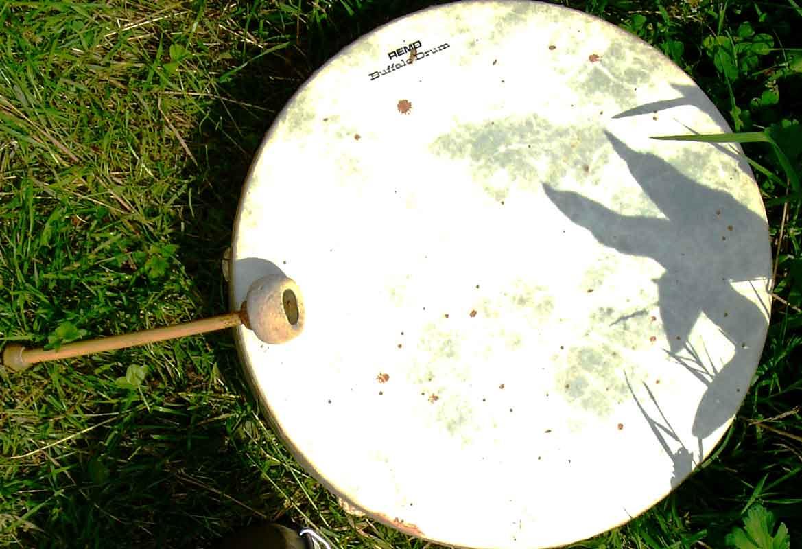 Kassandra ruft mit einem Gong