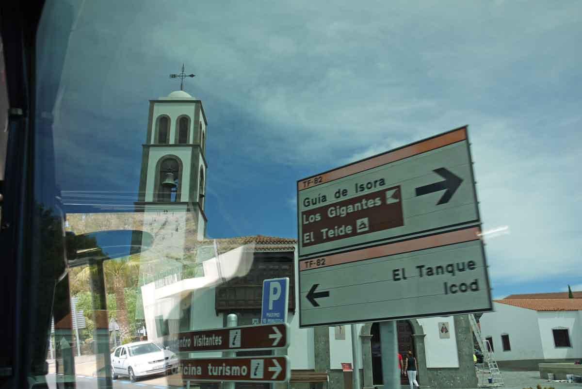 Wegweiser mit kirchlichem Segen in Santiago del Teide