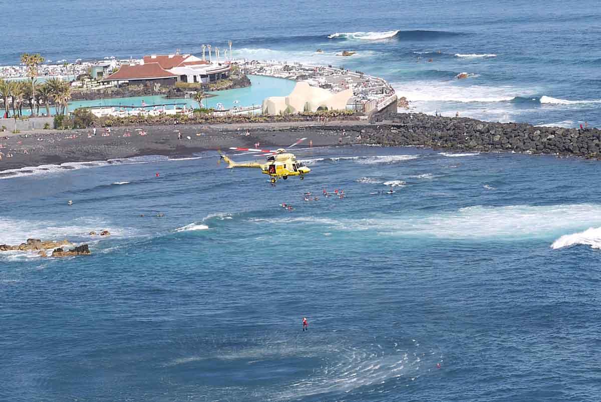 Küstenrettungsübung_Hubschrauber lässt Retter zu Schwimmer in Not
