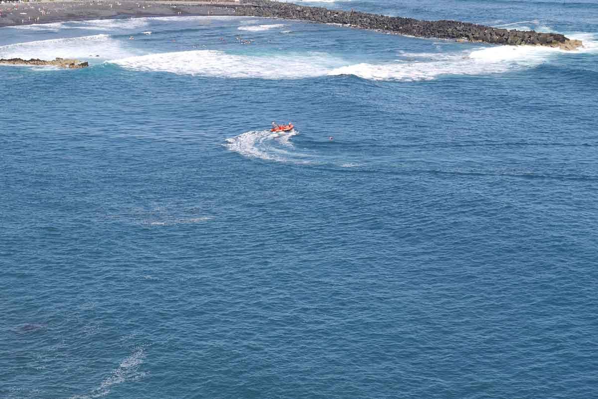 Küstenrettungsübung_Aufnahme von Retter und Schwimmer in Not