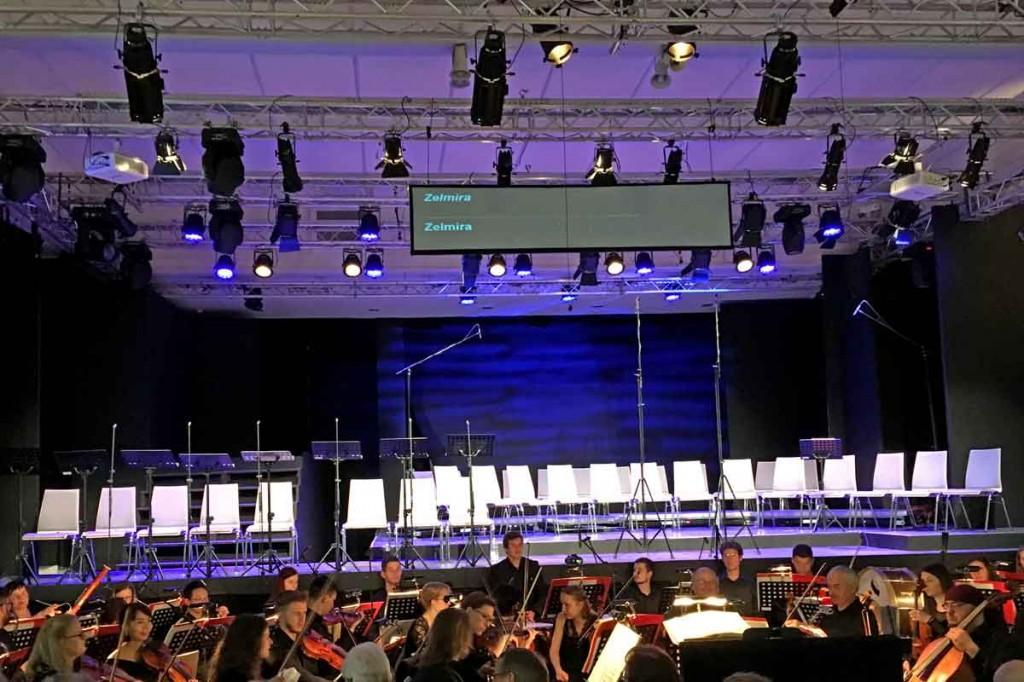 in Erwartung von Rossinis ZELMIRA_TrinkhalleBad Wildbad - bereitete Stühle_20180721