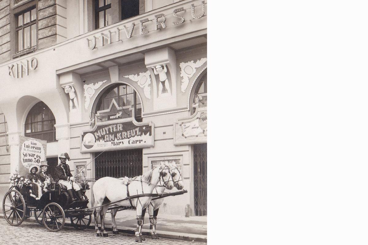 KINO UNIVERSUM_Plakat_So war es anno 30_mit Kutsche auf der Straße_Wien Krimhildplatz - Kino von Omama und Opapa