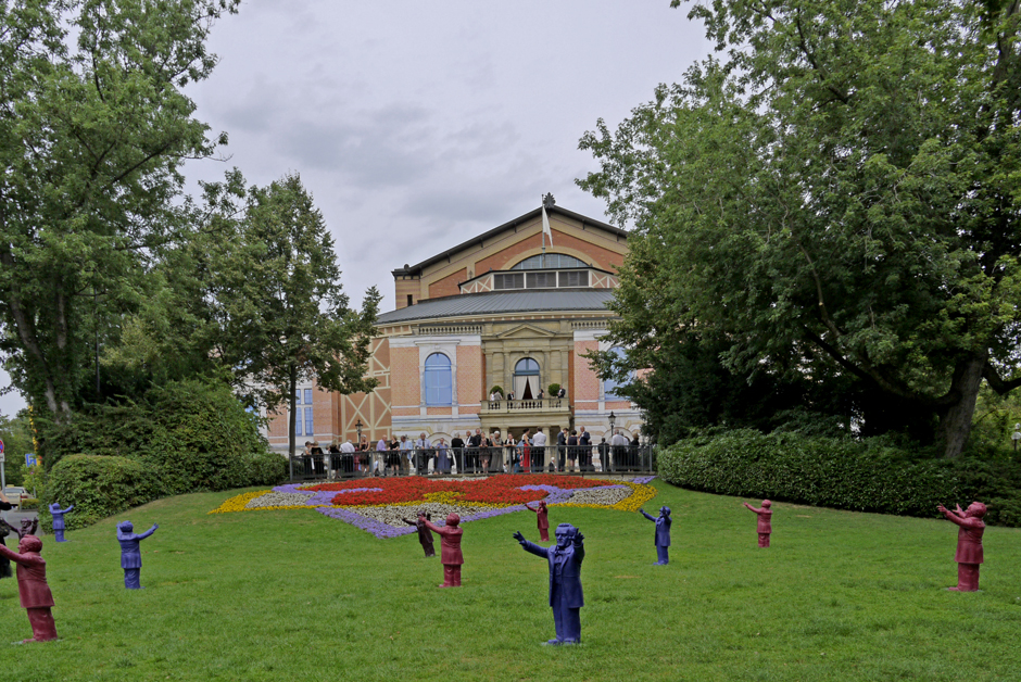 _1330444_Richard Wagner-Kunststofffiguren des Installationskünstlers Otmar Hörl _Bayreuther Festspielhügel_20130807