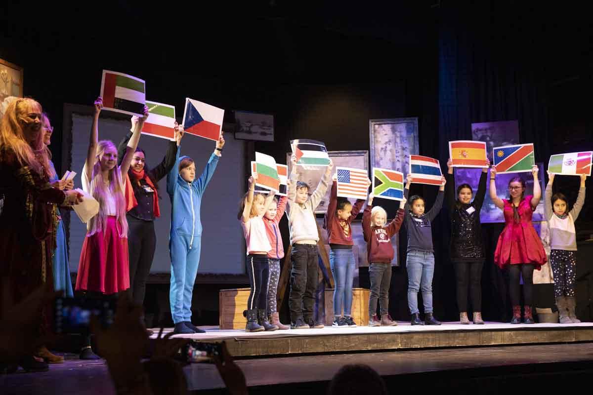 Länderfahnen der teilnehmenden ausländischen Schulen_Photo Volker Essler