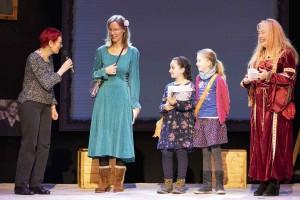 Der Preis wird überreicht von Elisabeth Einecke-Klövekorn, Vorsitzende der Theatergemeinde BONN e. V.